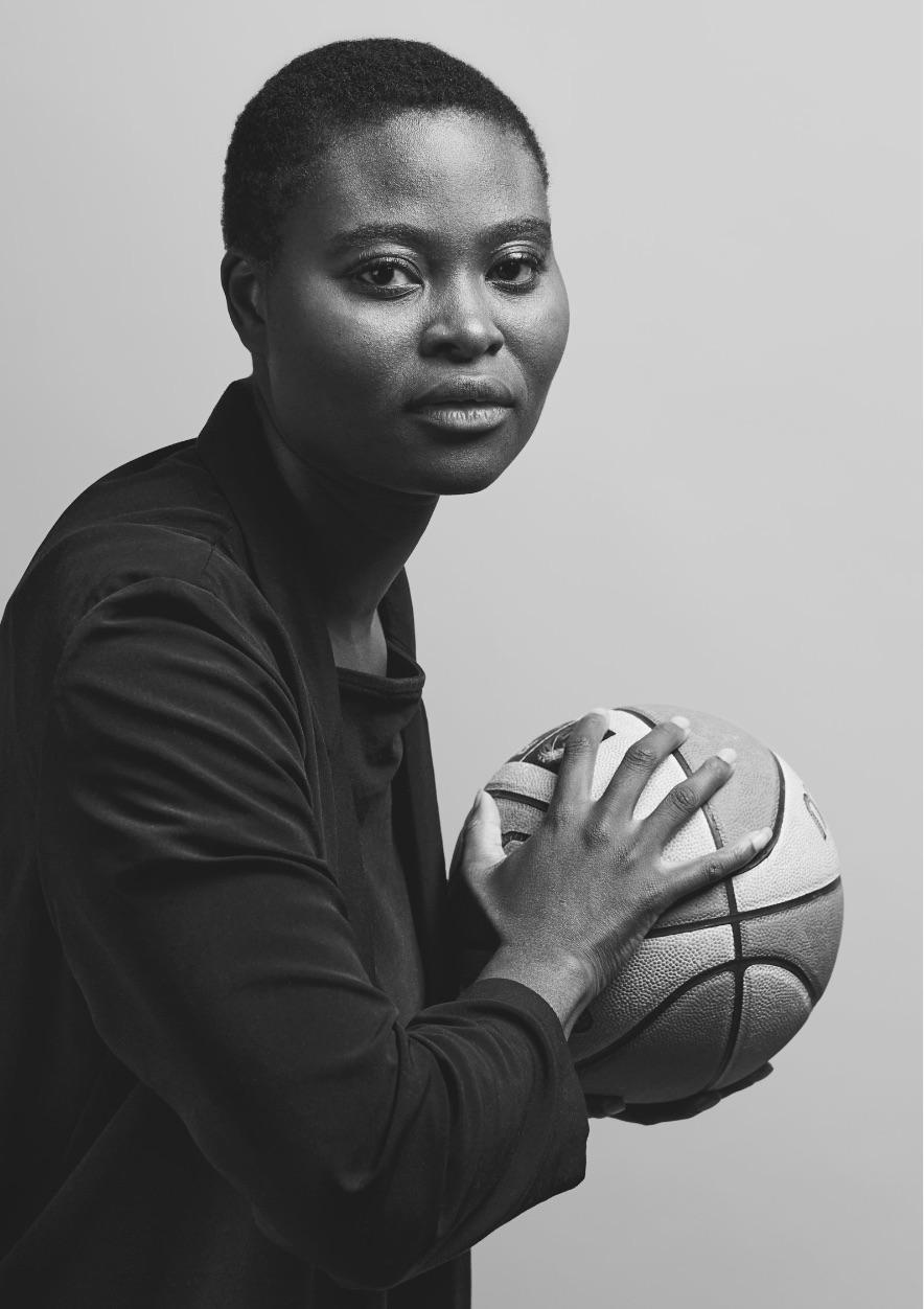 Frau hat Basketball in der Hand und blickt nach vorn